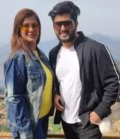 अनीशा हिंदुजा अपने बेटे के साथ