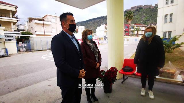 Ναύπλιο: Λουλούδια στις γιατρούς και νοσηλεύτριες   orthodoxia.online   ναυπλιο   ημερα γυναικασ 2021   Ελλάδα   orthodoxia.online