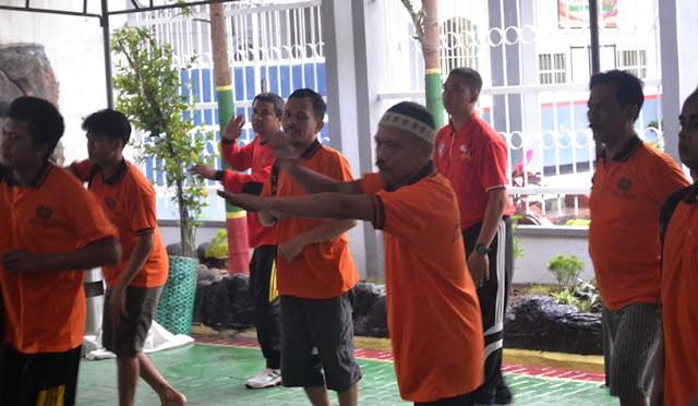 Para napi mengikuti kegiatan di Lapas Kelas IIB Lumajang. (fit)