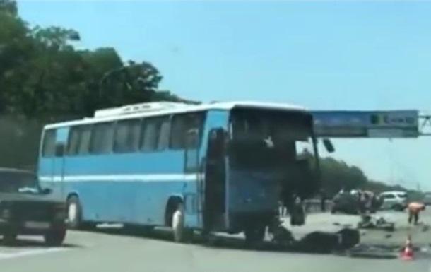 Під Києвом позашляховик врізався в автобус, є жертви