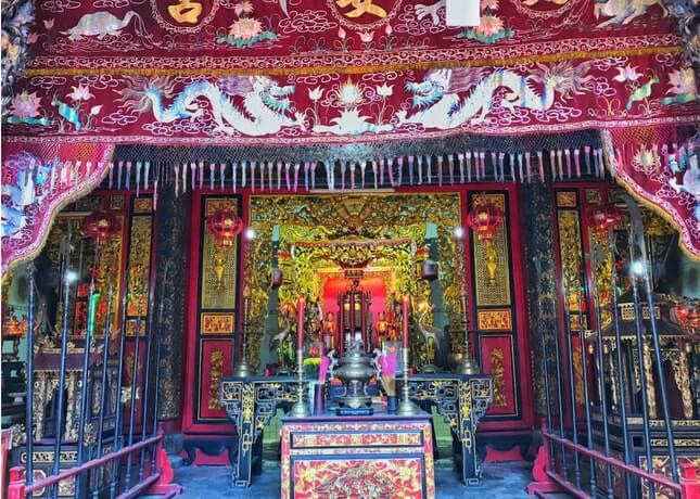 Ngay giữa chánh điện là bàn thờ ông Quách (tức Quảng Trạch Tôn Vương)