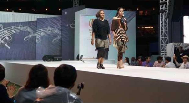 """""""Cross Border"""" Desainer Lia Mustafa Curi Perhatian di Seoul"""