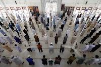 Shalat Kaum Muslimin Dengan Jaga Jarak Mirip Agama Lain?