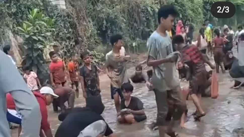 Heboh Warga Tangerang 'Lomba Tangkap Ikan di Jalan Rusak', Pemkot Tanggapi Begini