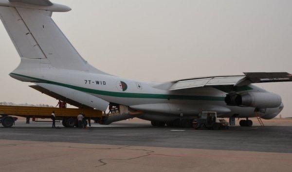 الجزائر ترسل طائرة مساعدات إنسانية لفائدة الشعب الصحراوي بمخيمات اللاجئين.