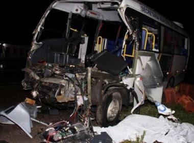 Capela: Cinco morrem e 13 ficam feridos em acidente entre micro-ônibus e caminhão