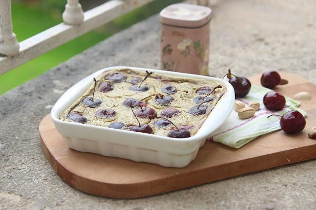 Cuillère et saladier : Clafoutis de cerises à la pistache (vegan)