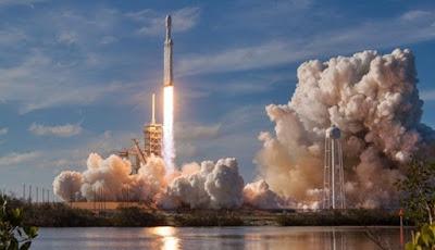 Elon Musk Catat Sejarah Peluncuran Mobil Mewah ke Angkasa
