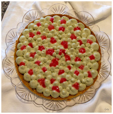 Crostata con sablée al pistacchio, gelée di fragole, chantilly ricotta e pistacchio e aria di fragola