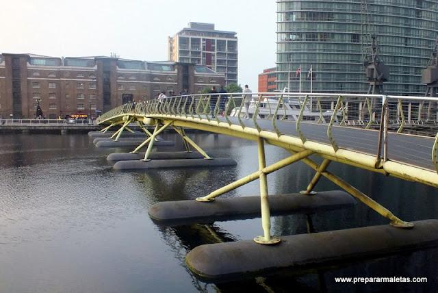 puentes modernos por Canary Wharf en Londres