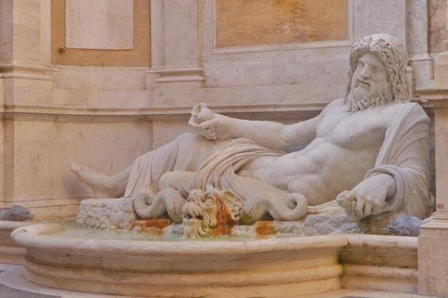 Una de las seis estatuas parlantes de Roma, Marforio en el patio de los Musei Capitolini en Roma
