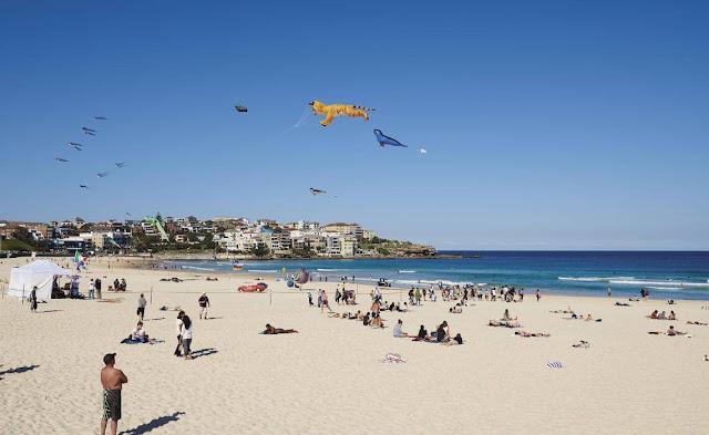 Đoạn đường đi bộ từ Bondi đến Bronte đã trở thành biểu tượng của Sydney. Đường đi bộ ven biển dài 2,5 km này cần khoảng một tiếng rưỡi đồng hồ (bao gồm cả những điểm dừng) để hoàn thành. Khi tản bộ trên những vách đá, bạn có thể sẽ thấy câu lạc bộ lướt sóng Bondi Surf Bathers - đây là câu lạc bộ cứu hộ lướt sóng lâu đời nhất trên thế giới vẫn còn hoạt động.