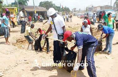 Limpeza ambiental em torno da rua Dansoman em Acra, Gana