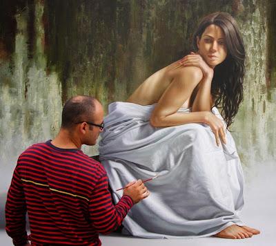 Pintura hiperrealista de una mujer envuelta en una sábana