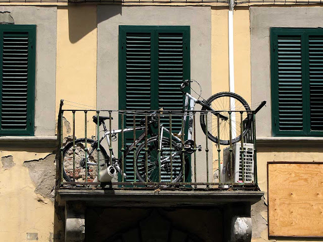 Bicycles on a balcony, via Strozzi, Livorno