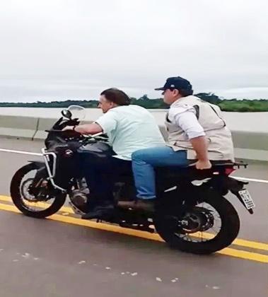 Presidente Bolsonaro atravessa ponte de moto após inauguração