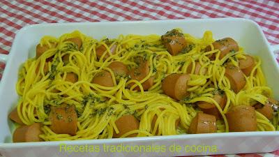 Espaguetis con salchichas receta fácil y divertida para cocinar con los peques