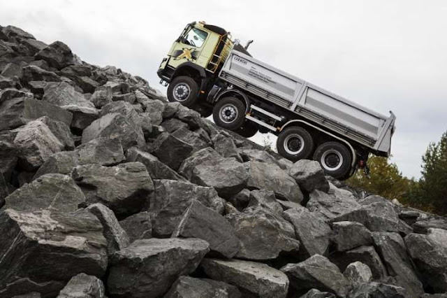 volvo kamyon yokuşta 325 ton yük çekiyor
