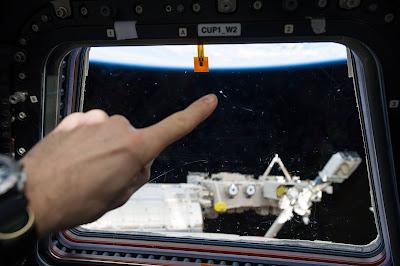 serpihan sampah angkasa sebesar 7 mm berlanggar dengan Stesen Angkasa Antarabangsa