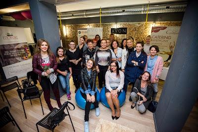 grupa uśmiechniętych kobiet