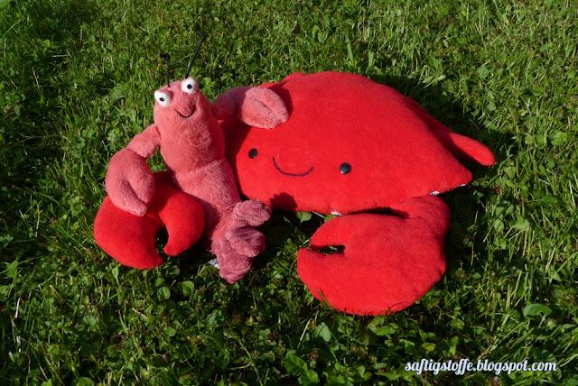 Stoffkrabbe und Stoffhummer in rot
