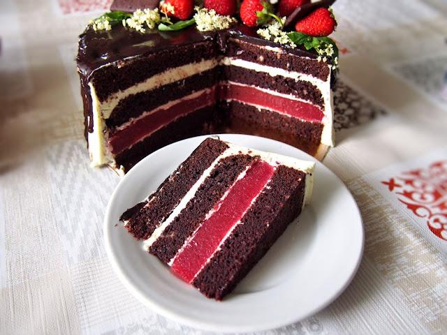 Tort czekoladowo miętowy z truskawkami