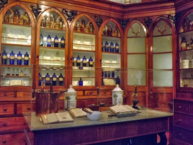 Mobiliário e objetos de uma antiga botica do Porto