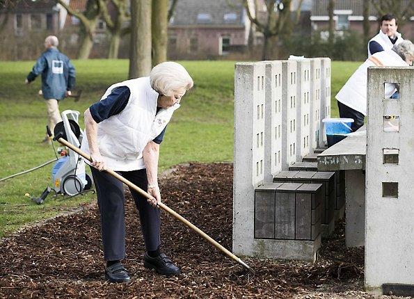 Princess Beatrix does volunteer worked at Playground Monastery parking facilities under NLDoet in IJsselstein. The Oranje Fonds