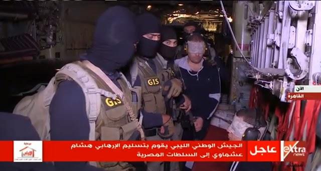 """لقطات للإرهابي """" هشام عشماوي """" لحظة اقتياده ومرافقته من قبل عناصر القوات الخاصة التابعة للمخابرات العامة المصرية"""