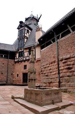Il cortile interno e la fontana del castello di Haut Koenigsbourg