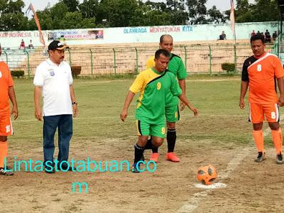 Dandim 0209/LB Menendang Bola Pertama Saat Pembukaan Turnamen Kapolres Cup 2018