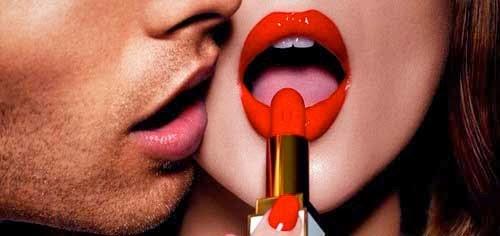 chica pintandose los labios de rojo