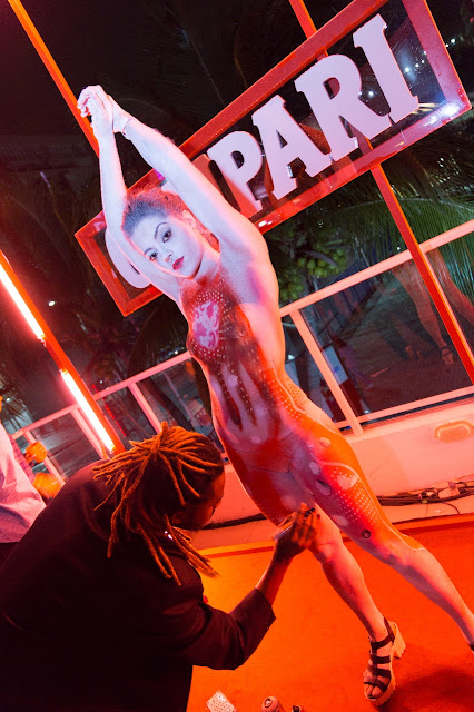 Humor e Circo atração Body Painting ao vivo com as cores da marca para eventos corporativos.