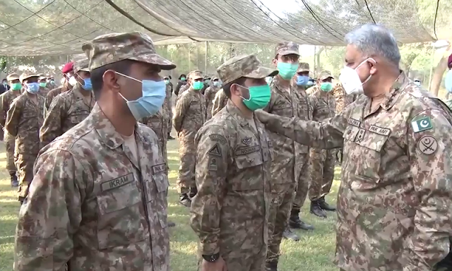 Armed force boss values troops' operational readiness during visit to LoC | Latest | Pakistan | Army