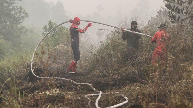 Spider-Man Bantu Memadamkan Kebakaran Hutan di Riau