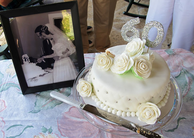 couple eats wedding cake 60 years so many 60th wedding anniversay cake 13015
