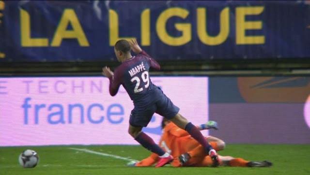 Le tweet génial du PSG après la faute du gardien d'Amiens sur Mbappé