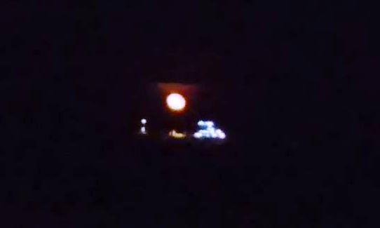 księżyc w pełni na tle czarnego nieba