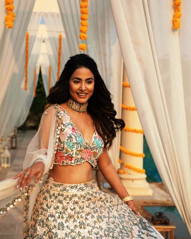 Hina Khan ka heavy necklace aur ek hath mein kangan