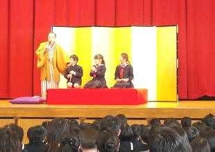 生徒が笑って学べる落語体験コーナー。