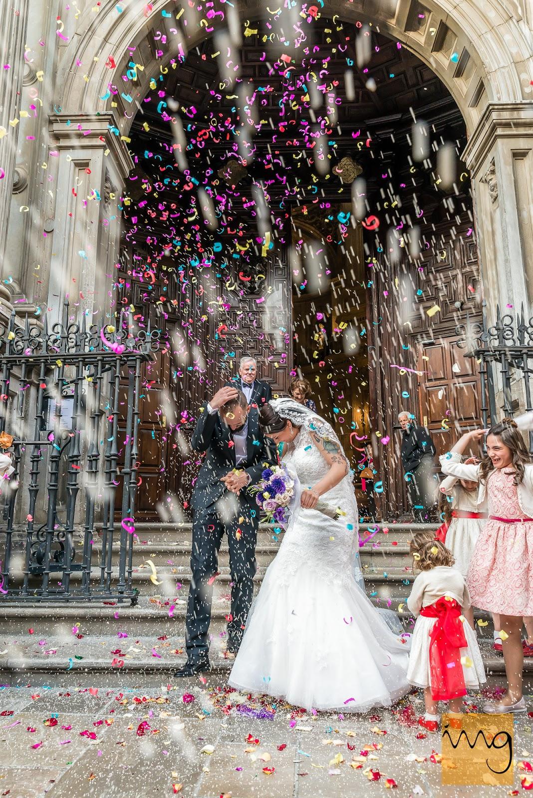 Fotografía de los novios en una lluvia de confeti
