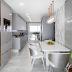 Cozinha estreita, contemporânea e sofisticada branca e cinza com metais dourados!