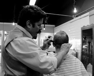 Mencukur rambut pelanggan cerewet