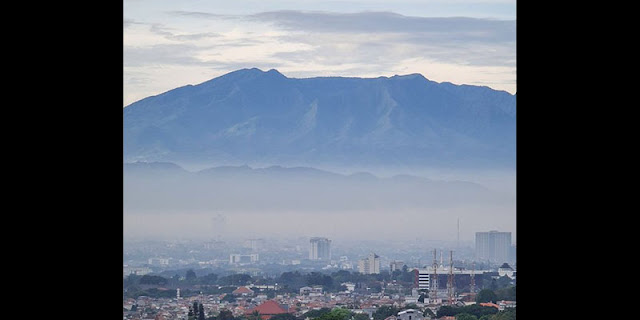 Komentari Foto Gunung Berlafaz Allah, Adhie Massardi: Tanpa Polusi Tampak Berkah, Begitu Pula Langit Kekuasaan Tanpa Dinasti