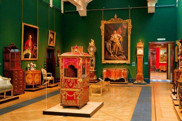 Buckingham Sarayı'nı görmek isteyenler 360 tur hizmeti veren siteleri kullanarak binanın içinde gezebilirler.