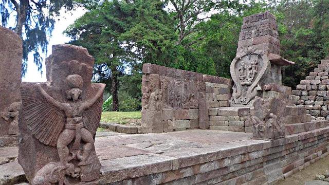 В центральной части острова Ява в Индонезии, на склонах горы Лаву, примерно в 40 км к востоку от города Соло, находится храмовый комплекс Канди(чанди) Сукух. Особенностью этого комплекса является тот факт, что в его центральной части возвышается ступенчатая пирамида. Эта подлинная ступенчатая пирамида, как считают ученые, была построена в 1437 г. н.э. Согласно ее описанию, она считается «древней эротической пирамидой острова Ява», а сам храм- храмом любви. Храмовый комплекс украшен каменной резьбой ваянг индусского происхождения. Считается, что слово «канди», происходит от слова «Чандика» — одного из названий богини смерти Дурги, сотворившей смерть красной расе гигантам Ассиям. Красная раса подверглась наибольшему изменению: изначально ее представители имели смуглую кожу, стального цвета глаза и золотистые с бронзовым отливом волосы. Птицеголовые сумервы. Голова от туловища была вырвана с брошена у входа в пирамиду храм. Сумерв изначально творили из Гигантов людей Асов и Асий. Первоначальные сумервы творились с головой человека Гиганта, хозяина планеты очевидно такие сумервы рано или поздно становились на защиту людей от инопланетного зла. Как и этот гигант, восставший против Сумерв не захотевший измучивать свой род дальше, был обращён в камень и оставлен лежать головой у ног маленьких людей, как показатель унижения перед теми, кого защитить посмел. Как делались Сумервы из кого и чего они творились куда делись более сильные Гиганты , об этом и многом другом рассказываю в фильме на русском языке Моя расшифровка рукописи Войнич Храмовый комплекс Канди Сукух - индуистский храм на острове Ява, в Индонезии, построенный в виде ступенчатой пирамиды. Храм расположен на западном склоне горы Лаву на высоте 900 метров. Храмовый комплекс Канди Сукух относится к пятнадцатому веку, а его центральная пирамида, по мнению историков, была сооружена в 1437-м году. Архитектура весьма необычная для Индонезии - это единственный храм такого рода на территории страны. Ступенчатая пирамида 