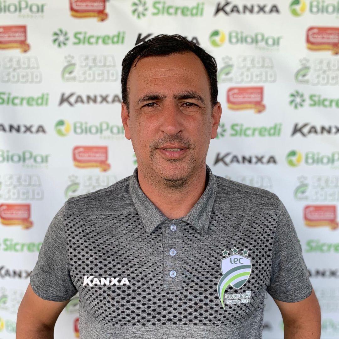 Treinador de futebol coletiva de imprensa