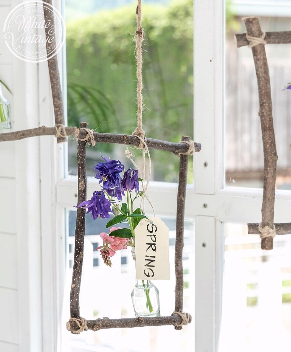 Blumen im Rahmen aus Haselzweigen.