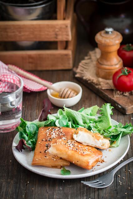 Feta saganaki dans une feuille au miel et au sésame