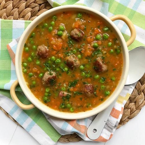 Erbsen & Möhren-Suppe mit Bratwurstbällchen